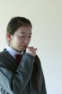 咳をする中学生の写真素材 [FYI04545561]