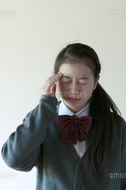 頭痛がする中学生の写真素材 [FYI04545562]