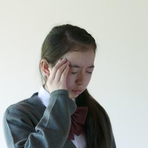 頭痛がする中学生の写真素材 [FYI04545564]