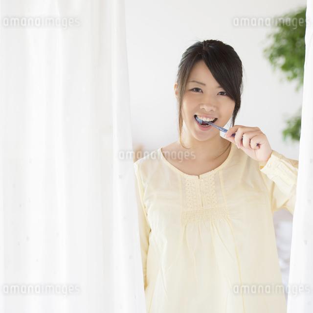 歯磨きをする女性の写真素材 [FYI04545614]