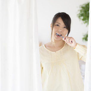歯磨きをする女性の写真素材 [FYI04545615]