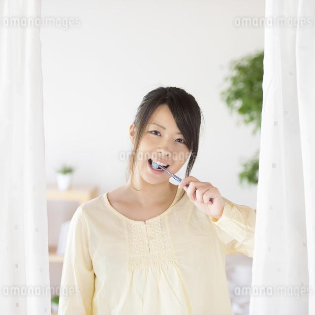 歯磨きをする女性の写真素材 [FYI04545617]