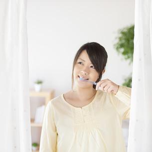 歯磨きをする女性の写真素材 [FYI04545618]