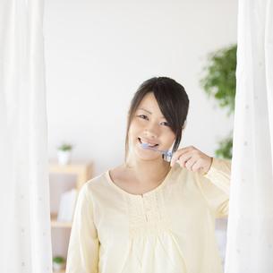 歯磨きをする女性の写真素材 [FYI04545619]