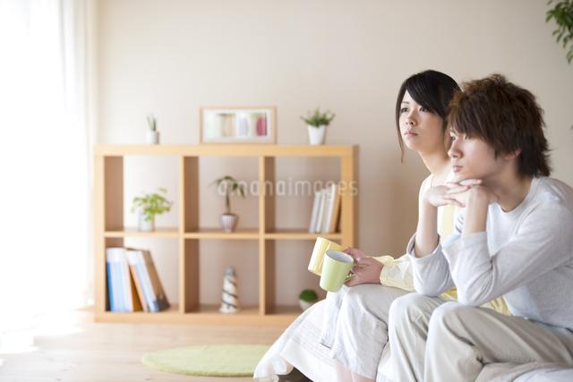 ベッドに座るカップルの写真素材 [FYI04545623]
