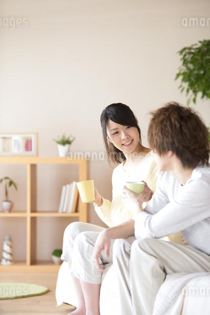 コーヒーを渡すカップルの写真素材 [FYI04545625]