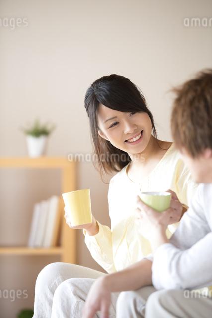 コーヒーを渡すカップルの写真素材 [FYI04545626]