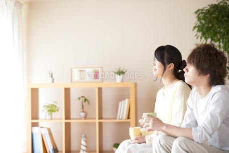 コーヒーカップを持つカップルの写真素材 [FYI04545628]