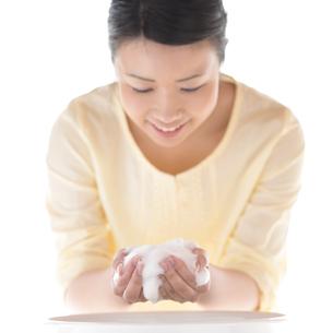 洗顔をする女性の写真素材 [FYI04545644]