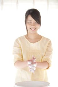 手洗いをする女性の写真素材 [FYI04545646]