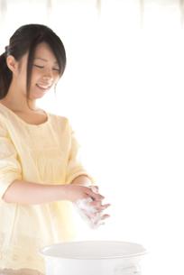 手洗いをする女性の写真素材 [FYI04545648]
