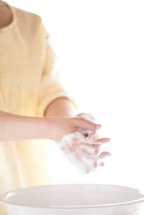 手洗いをする女性の手元の写真素材 [FYI04545649]