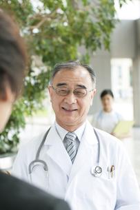 MRと話をする医者の写真素材 [FYI04545650]