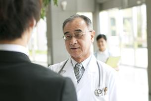 MRと話をする医者の写真素材 [FYI04545661]