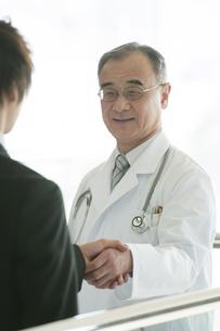MRと握手をする医者の写真素材 [FYI04545698]