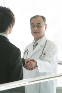 MRと握手をする医者の写真素材 [FYI04545699]