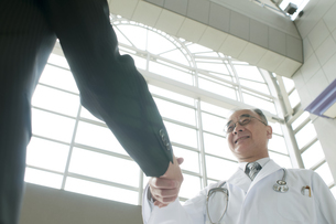 MRと握手をする医者の写真素材 [FYI04545700]