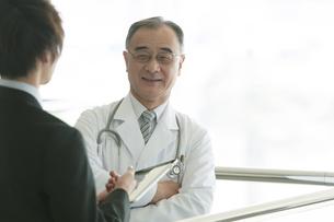 MRと話をする医者の写真素材 [FYI04545710]