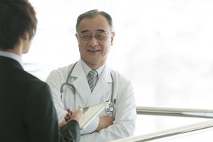 MRと話をする医者の写真素材 [FYI04545711]