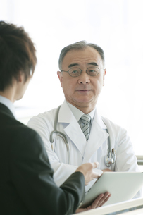 MRと話をする医者の写真素材 [FYI04545713]