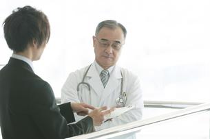 MRと話をする医者の写真素材 [FYI04545717]