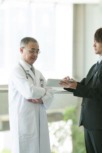 MRと話をする医者の写真素材 [FYI04545725]