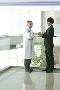 MRと話をする医者の写真素材 [FYI04545727]
