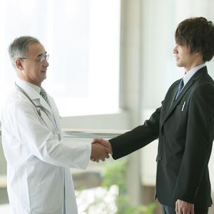 MRと握手をする医者の写真素材 [FYI04545730]