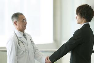 MRと握手をする医者の写真素材 [FYI04545731]
