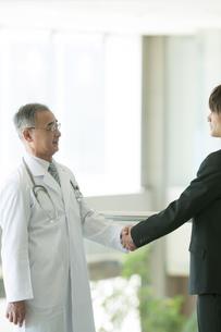 MRと握手をする医者の写真素材 [FYI04545733]