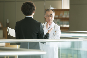 MRと話をする医者の写真素材 [FYI04545735]
