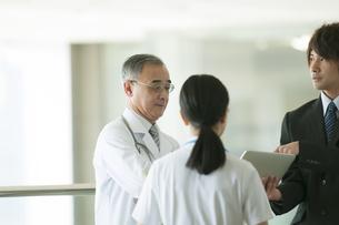 MRと話をする医者と看護師の写真素材 [FYI04545755]