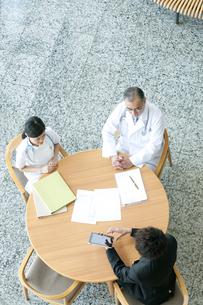 MRと話をする医者と看護師の写真素材 [FYI04545757]