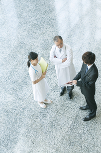 MRと話をする医者と看護師の写真素材 [FYI04545760]
