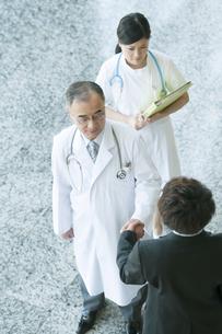 MRと握手をする医者の写真素材 [FYI04545767]
