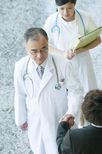 MRと握手をする医者の写真素材 [FYI04545768]