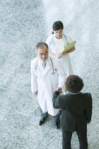 MRと握手をする医者の写真素材 [FYI04545770]