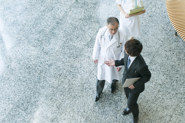 MRと話をする医者の写真素材 [FYI04545781]