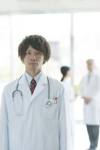 病院のロビーに立つ医者の写真素材 [FYI04545802]
