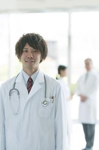 病院のロビーで微笑む医者の写真素材 [FYI04545803]