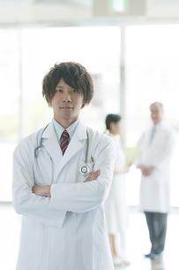 腕組みをする医者の写真素材 [FYI04545806]