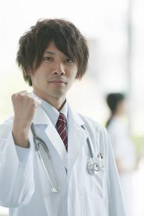 ガッツポーズをする医者の写真素材 [FYI04545811]