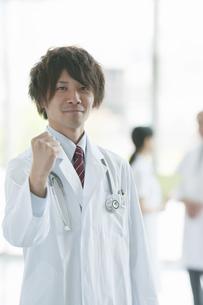ガッツポーズをする医者の写真素材 [FYI04545813]