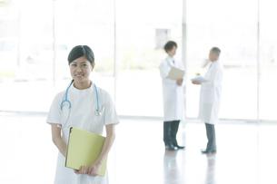 病院のロビーで微笑む看護師の写真素材 [FYI04545825]