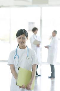 病院のロビーで微笑む看護師の写真素材 [FYI04545826]