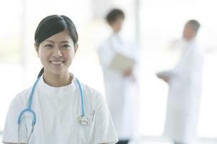 病院のロビーで微笑む看護師の写真素材 [FYI04545830]