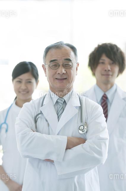 微笑む医者と看護師の写真素材 [FYI04545836]