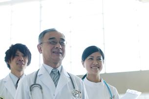 微笑む医者と看護師の写真素材 [FYI04545859]