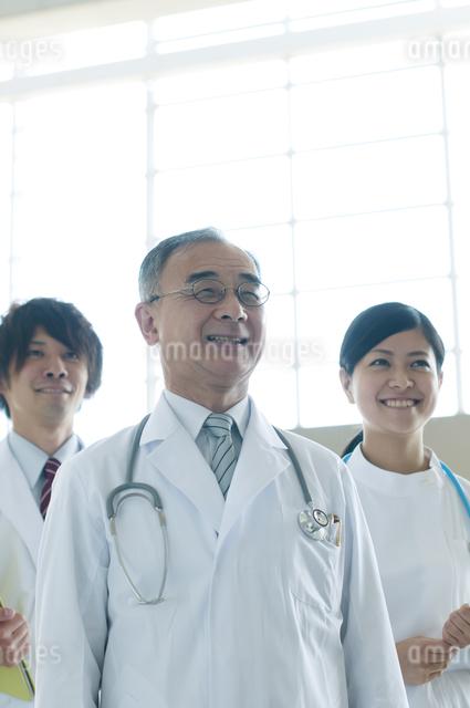 微笑む医者と看護師の写真素材 [FYI04545861]