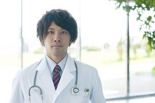 病院のロビーに立つ医者の写真素材 [FYI04545867]